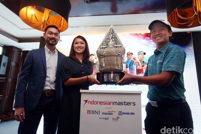 Pegolf Indonesia, George Gandranata, bersama COO Asian Tour, Cho Minn Thant, dan Marketing Direktur Indonesian Masters 2017, Merry kwan, menampilkan trophy dari Indonesian Master 2017 di Jakarta, Selasa (21/11/2017).