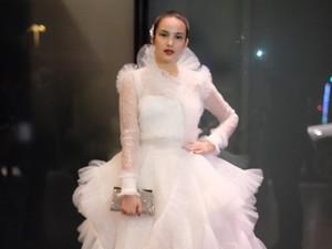Seperti Angsa Putih, Chelsea Islan Anggun di Fashion Show Victorias Secret