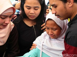 Pemakaman Berlangsung Haru, Anak Laila Sari Hampir Pingsan