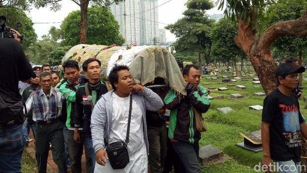 Ojek Online Kawal Pemakaman Laila Sari