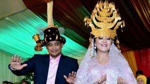 Lirikan Bobby Nasution ke Kahiyang Saat Manortor Berdua