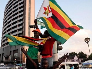 Sorak-sorai Warga dan Klakson Mobil Sambut Mundurnya Presiden Mugabe