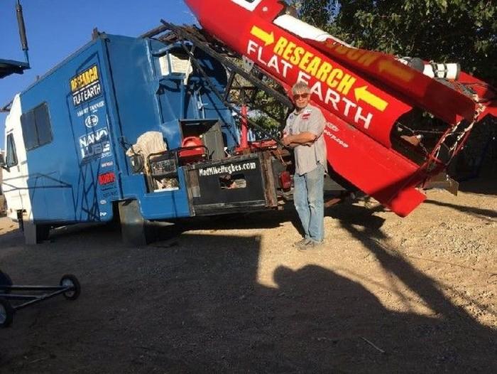 Mike Hughes dengan roketnya. Foto: Facebook