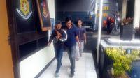 Polisi menggiring Jonthan yang datang tiba-tiba untuk mencari Setya Novanto.