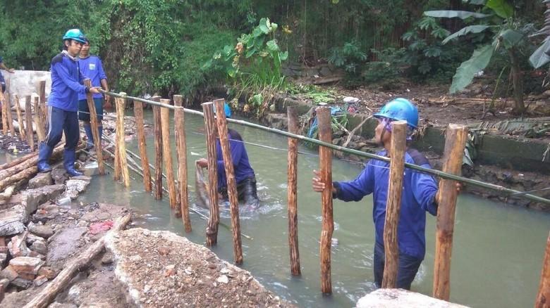 Pasukan Biru Basah-basahan Garap Tanggul Darurat di Jatipadang