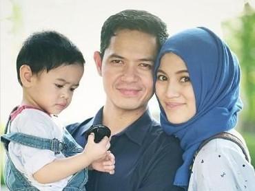 Pasangan selebriti ini dikarunai anak pertama mereka, Muhammad Dirgantara Ariendra Harlino di tahun 2015. (Foto: Instagram/ichasoebandono)