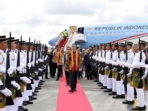 Jokowi Disambut Gemuruh Ribuan WNI di Kuching Malaysia