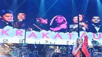 Momen Krakatau berada di atas panggung memang menjadi momen langka, saat ini. Foto: Ismail