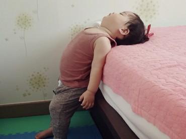 Yuli kayaknya ngantuk banget, sampai ketiduran pas berdiri gini. Hi-hi-hi. (Foto: Instagram @1004yul_i)