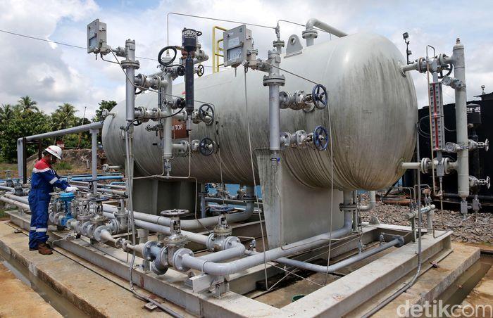 Petugas mengecek fasilitas produksi di Stasiun Pengumpul Pertamina EP, Mangunjaya, Musi Banyuasin, Sumatera Selatan, Rabu (22/11/2017).