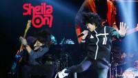 Sheila On 7 tampil begitu penuh semangat di atas panggung 5upergroup. Foto: Ismail
