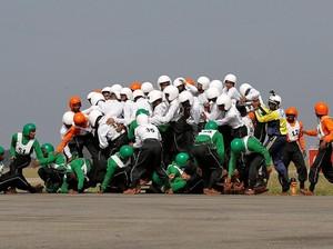 Foto: 58 Tentara India Tunggangi Satu Motor Sukses Pecahkan Rekor Dunia