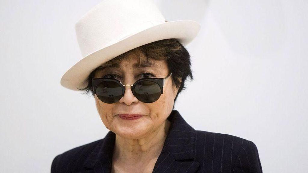 Kenang John Lennon, Yoko Ono Posting Karya Seni yang Belum Usai