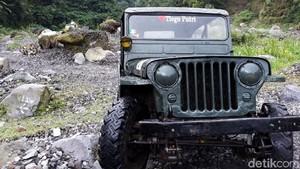 Memacu Adrenalin di Bebatuan Merapi Naik Jeep Willys