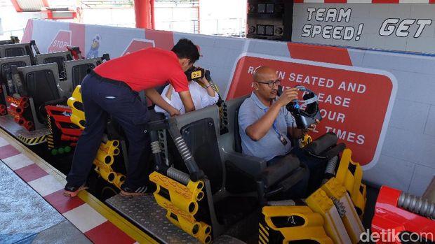 Naik roller coaster dengan memakai VR