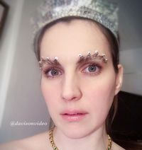 Tren Alis Bentuk Mahkota untuk Wanita yang Ingin Merasa Seperti Ratu