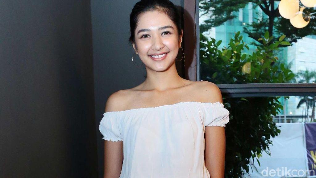 Lengket dengan Pebasket, Mikha Tambayong Diperingati Netizen