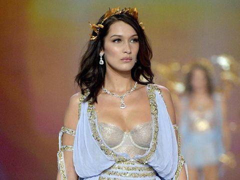 Ups, Bra Bella Hadid Sempat Melorot di Fashion Show Victoria's Secret