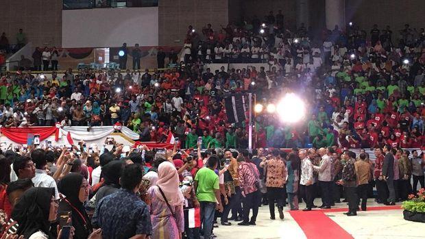 Jokowi lalu bertanya soal gaji ke salah satu TKI.