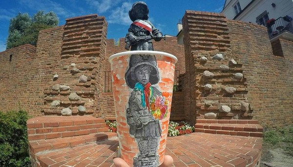 Kemudian Berk memutuskan untuk traveling dan melukis semua objek yang dikunjunginya di cangkir kopi. (seyyahart/Instagram)