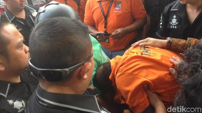 Terus Menunduk, dr Helmi Sulit Diatur Polisi Saat Rekonstruksi