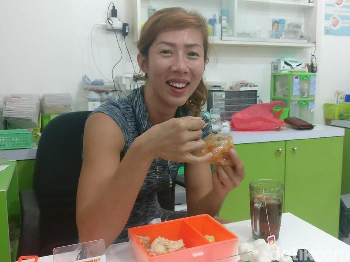 Bekal daging ayam yang di bawa Yoan saat praktik di klinik. (Foto: Firdaus Anwar/detikHealth)