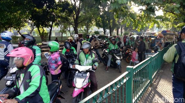 Lalu lintas di sekitar Stasiun Manggarai.
