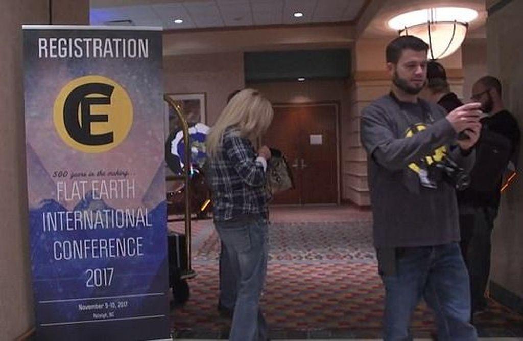 Begini suasana konferensi pertama penganut teori Bumi Datar yang berlangsung di Raleigh, Carolina Utara, Amerika Serikat (AS) pada 9-10 November. Foto: BBC