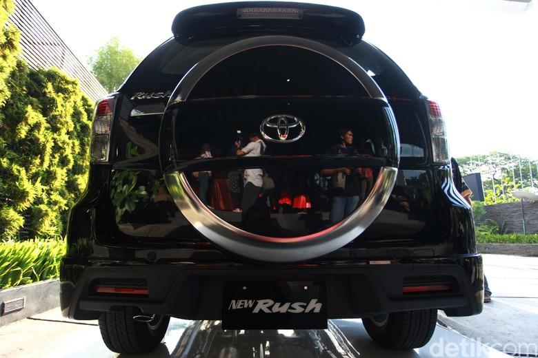 Konde di mobil SUV Rush model lama (Foto: Agung Pambudhy)