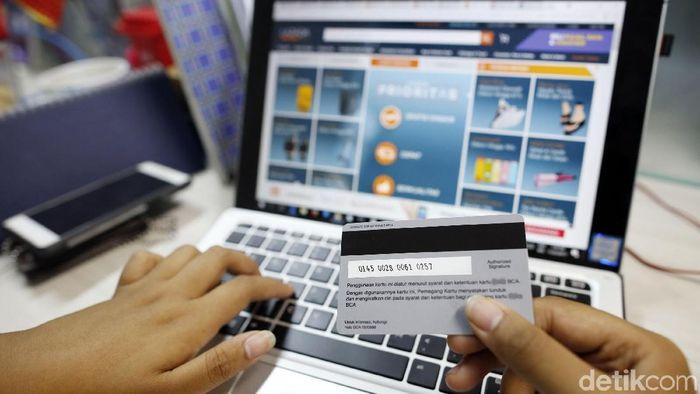 Ilustrasi kartu kredit dan belanja online/Foto: Rachman Haryanto
