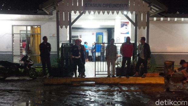 Longsor Tutup Rel, Ratusan Penumpang Tertahan di Stasiun Garut