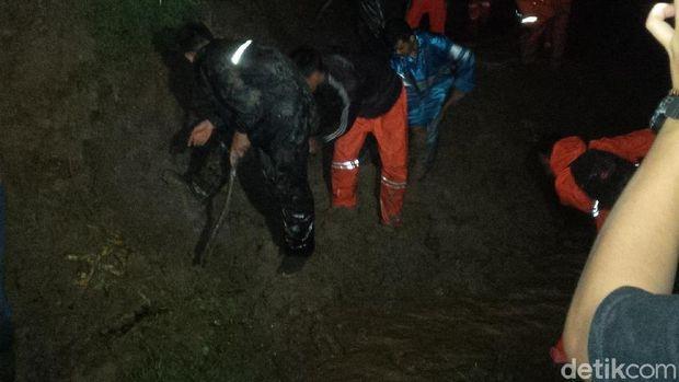 Petugas Masih Evakuasi Longsor yang Tutup Jalur Rel KA di Garut