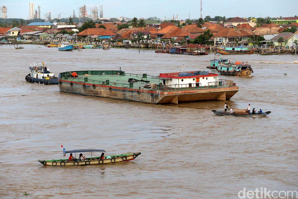 Sejumlah penumpang berada di atas  perahu kayu melintasi Sungai Musi di Palembang, Sumatera Selatan, Rabu (22/11). Angkutan sungai menjadi pilihan moda transportasi yang diminati masyarakat yang berada disepanjang aliran sungai musi.