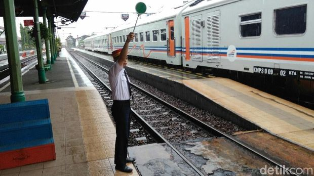 kedatangan KA di Stasiun Kutoarjo terlambat 10 jam