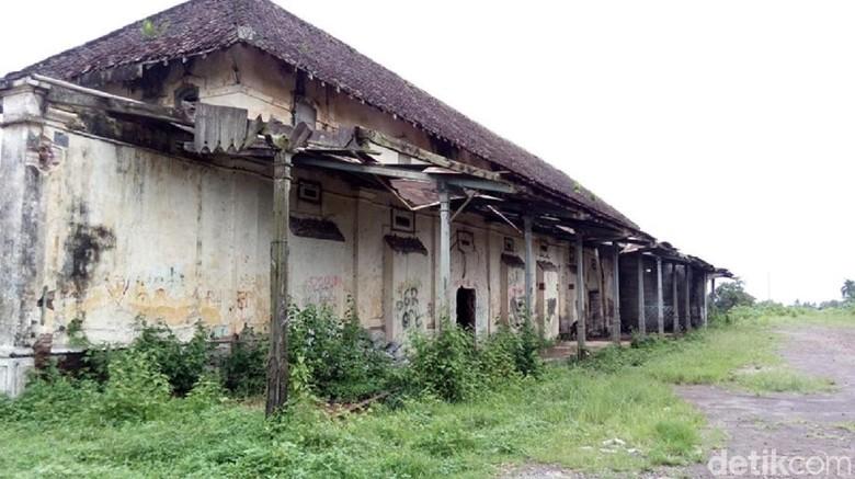 Melihat Bangunan Bekas Stasiun Bringin yang Memprihatinkan