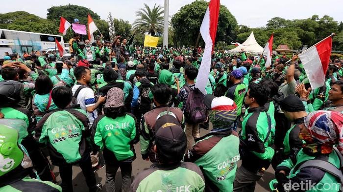 Para driver ojek online (ojol) yang tergabung dari sejumlah perusahaan berunjukrasa di depan Istana Negara, Jakarta, Kamis (23/11/2017). Mereka mendesak pemerintah mengeluarkan regulasi ojek online yang mengatur tarif.
