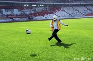 Pakai Helm Proyek, Menteri PUPR Tendang Bola di Stadion GBK