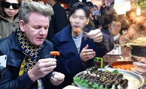 Ke Korea, Gordon Ramsay Cicip Gimbap dan Gurita Hidup di Pasar Legendaris