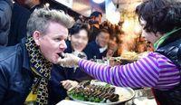 Gordon Ramsay disuapi Gimbap oleh sang penjual di Gwangjang Market, Korea.