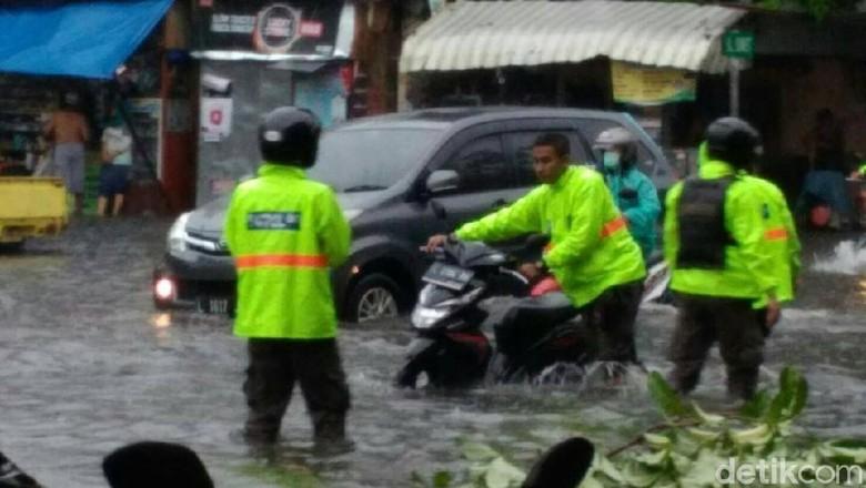 Banyak Kendaraan Mogok karena Tingginya Genangan Air di Surabaya
