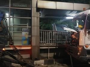 Polisi: Halte Pancoran Barat Ditabrak Truk karena Sopir Ngantuk
