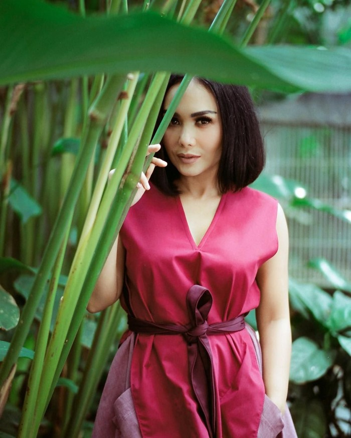 Siapa yang tak kenal penyanyi senior bersuara merdu, Yuni Shara? Tampilannya di usia 45 tahun ini masih tetap cantik dan terlihat awet muda. Apa rahasianya ya? Foto: Instagram/@yunishara36