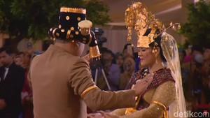 Momen Kahiyang dan Bobby Manortor di Depan Raja