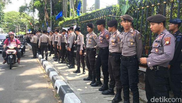 Polisi berjaga di depan kantor DPP NasDem