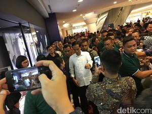 Resahnya Jokowi Menunggu Cucu di Mal