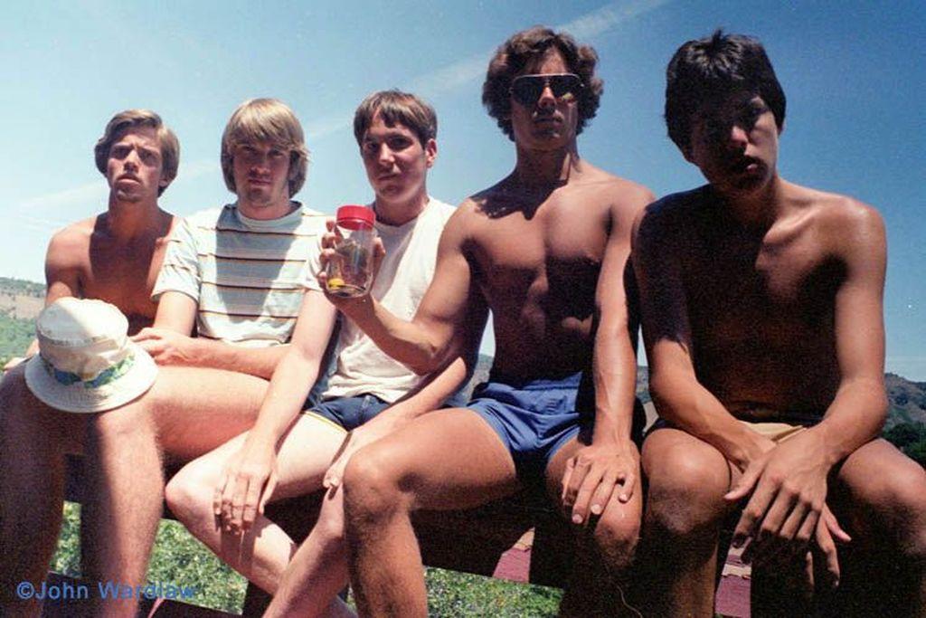 Mereka adalah John Wardlaw, John Dickson, Mark Rumer, Dallas Burney dan John Molony yang merupakan kawan dari masa SMA. Bermula pada foto pertama di tahun 1982 ketika sedang liburan di Copco Lake, California Utara. (Foto: John Wardlaw)
