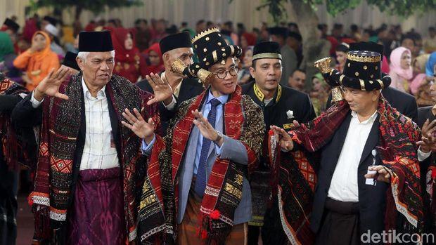Gibran putra Jokowi saat manortor /