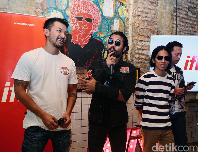 Rio Dewanto, Chicco Jerikho dan Angga Sasongko saat ditemui di Filosofi Kopi 2 di Melawai, Jakarta Selatan pada Kamis (23/11) Pool/Ismail/detikFoto.