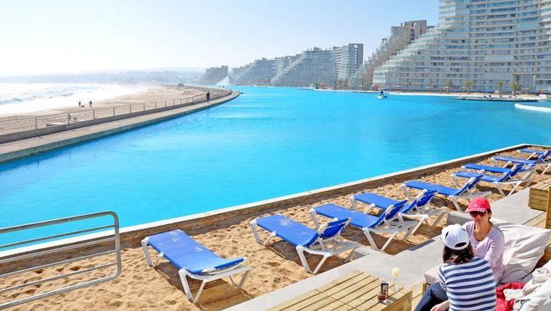 Adalah San Alfonso Del Mar, sebuah resor yang terletak di Algarrobo, Chile. Salah satu fasilitasnya adalah kolam renang yang mirip pantai (San Alfonso Del Mar)