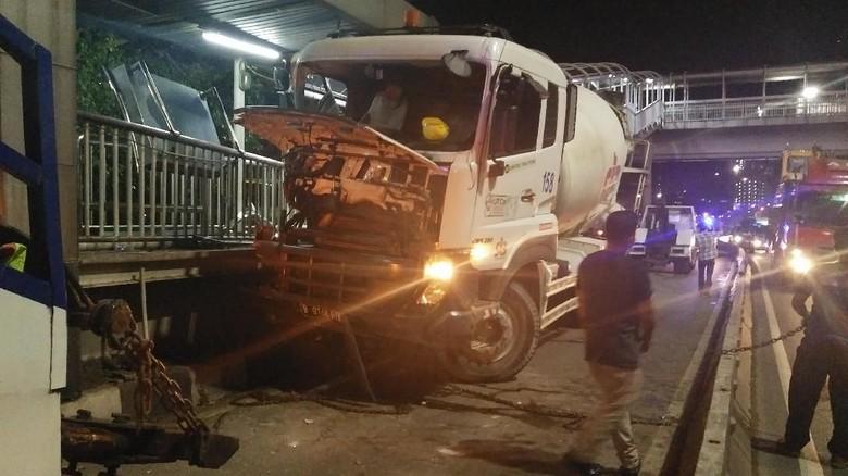 Truk Molen Tabrak Separator Busway di Pancoran, Lalin Padat